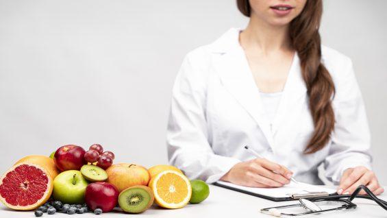 nutritionist-having-healthy-fruit-snack